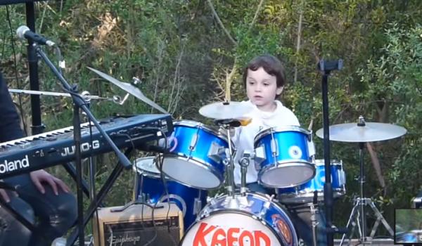 Este niño de 5 años tocando Pink Floyd te alegrará el día (video)