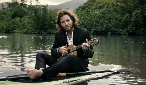 Eddie Vedder celebra cumpleaños de Lennon con covers (video)