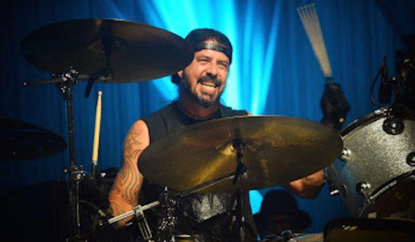 Dave Grohl interpreta en vivo su tema: 'Play' (Video)